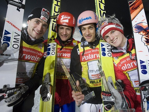 Rakouští skokané Wolfgang Loitzl (zleva), Markus Eggenhofer, Andreas Kofler a Thomas Morgenstern vyhráli soutěž týmů.