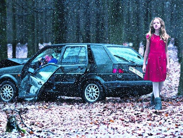 ŽENA V KLECI. Filmová adaptace Mikkela Nørgaarda má podobně uhrančivou náladu jako stejnojmenná krimi z pera Jussiho Adlera-Olsena.