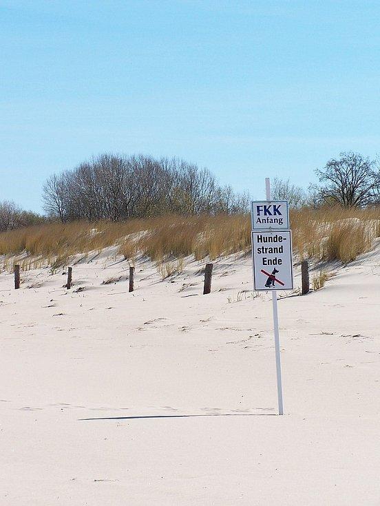 Německé pláže byly populární i díky rozšířenému nudismu (písmena FKK jsou zkratkou slova Freikörperkultur, tedy kultura volného těla)