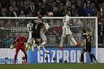 Fotbalista Ajaxu Matthijs de Ligt (uprostřed) dává gól Juventusu Turín.