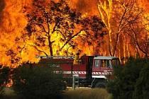 Australští hasiči bojují s požárem buše