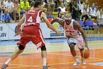 Basketbalisté Prostějova (v bílém) proti Nymburku.