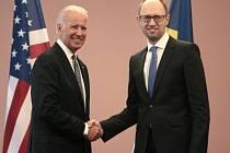 Joe Biden (vlevo) a Arsenij Jaceňuk