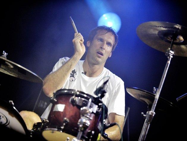 Brankář Petr Čech za bicími na koncertě.