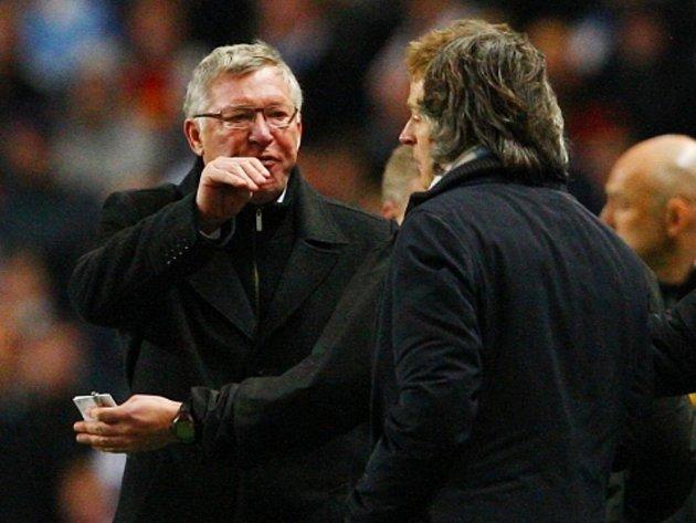 Hádka mezi trenérem Manchesteru United Alexem Fergusonem (vlevo) a koučem Manchesteru City Robertem Mancinim.