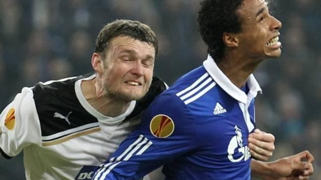 František Ševinský z Plzně (vlevo) a Joel Matip ze Schalke.