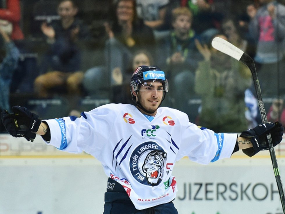 Dominik Lakatoš z Liberce se raduje z gólu.