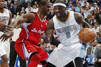 Ty Lawson z Denveru (vlevo) a Chris Paul z LA Clippers.