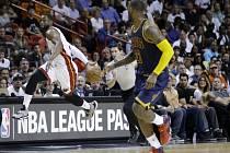 Souboj hvězd. Dwyane Wade z Miami (vlevo) a LeBron James z Clevelandu.