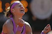 Lucie Šafářová se raduje z postupu do finále French Open.