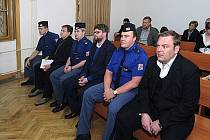 Soudní líčení s bývalými policisty Adamem Řebíčkem (třetí zprava), Romanem Majerníkem (vpravo) a Radkem Turišinem (druhý zleva)
