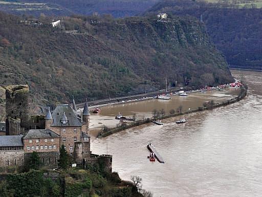 K tankeru, jenž se převrhl na Rýnu, připluly dva lodní jeřáby. S jejich pomocí má být plavidlo ležící na boku vyproštěno. Stále nezvěstní jsou dva členové posádky, kteří při nehodě zmizeli.