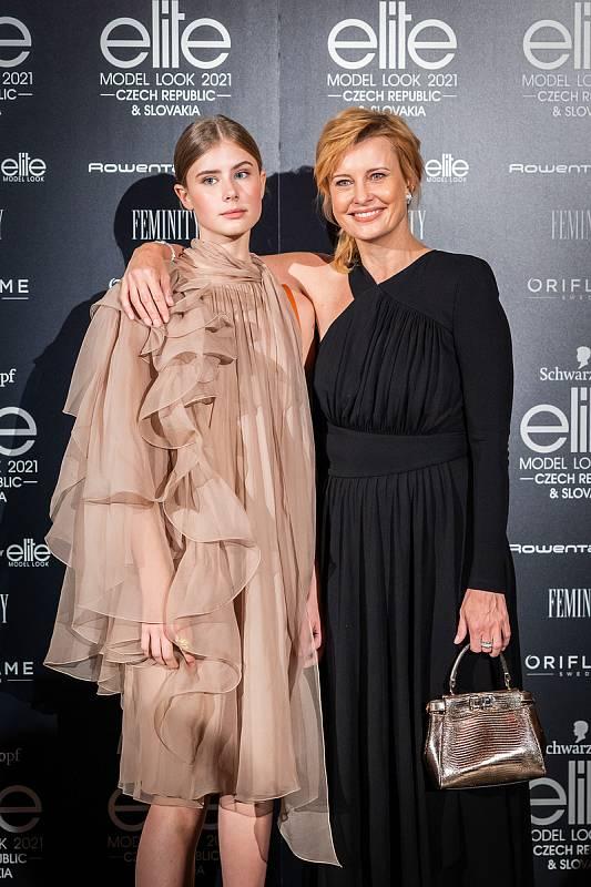 Finálový večer soutěže Schwarzkopf Elite Model Look 2021. Herečka Jitka Schneiderová s dcerou.