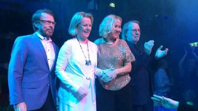 Členové skupiny ABBA - Björn Ulvaeus, Anni-Frid Lyngstad, Agnetha Fältskog a Benny Andersson při otevření nové restaurace ve Stockholmu inspirované muzikálem Mamma Mia!