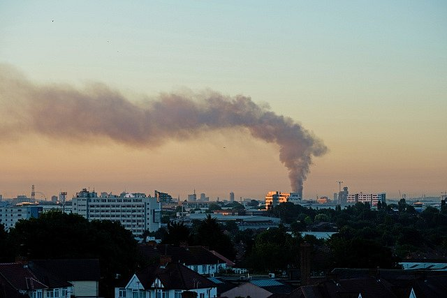 Požár výškové budovy v Londýně je vidět na míle daleko.