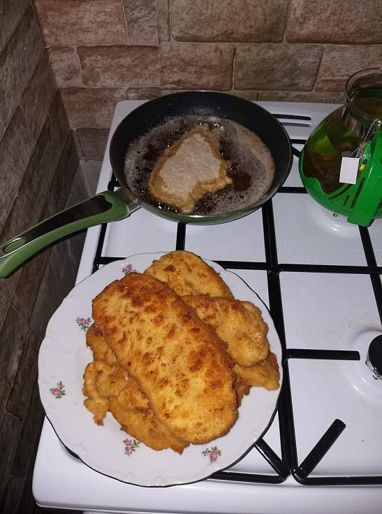 Řízky: Maso vepřové nebo kuřecí naklepeme, osolíme a obalíme v trojobale (mouka, rozšlehaná vajíčka, strouhanka). Na rozpáleném tuku osmažíme. Podáváme s bramborem nebo bramborovou kaší.