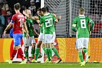 Přípravné fotbalové utkání: Česká republika - Severní Irsko, 14. října 2019 v Praze. Jonny Evans ze Severního Irska (třetí zleva) se raduje se spoluhráči z gólu.