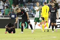 Zklamaní hráči Slavie po porážce v Haifě.