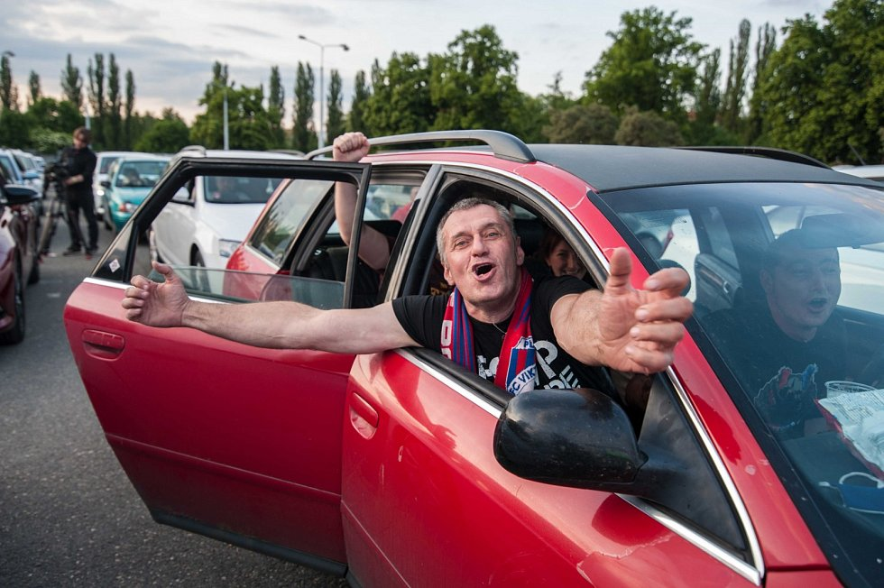 Fotbal se kvůli koronavirovým opatřením hraje bez diváků. Zápas Sparta – Plzeň tak lidé sledovali v Plzni v autokině.