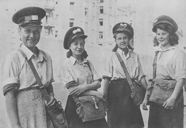 Doručovatelky harcerské polní pošty za varšavského povstání