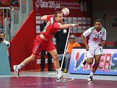 Čeští házenkáři (v červeném) proti Alžírsku.