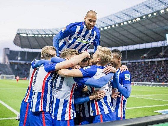 Fotbalisté Herthy Berlín slaví gól v síti Leverkusenu. Uprostřed hloučku je jeho střelec Vladimír Darida