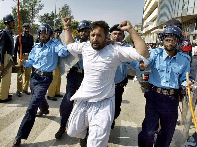 Islámábád zažil protesty proti prezidentovi Mušarafovi.