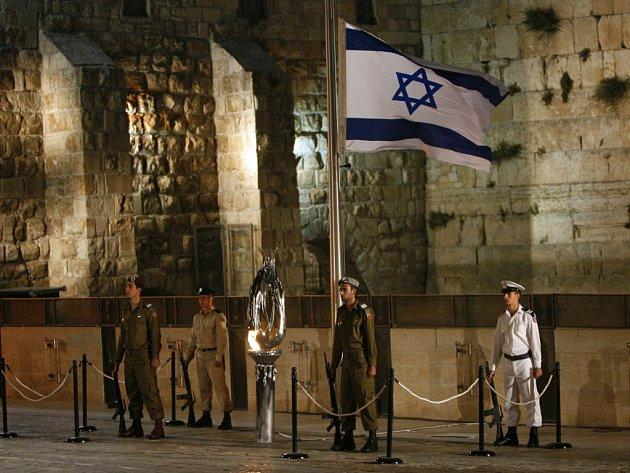 Izraelští vojáci stojí čestnou stráž u věčného ohně před západní zdí ve starém Jeruzalémě.