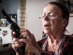 Iva Janžurová při natáčení filmu Teroristka.