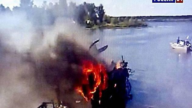Hořící trosky letadla, ve kterém našel smrt tým ruské KHL Lokomotiv Jaroslavl