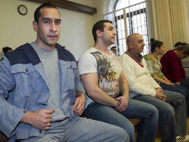 Soud dnes uložil tresty od 1,5 roku do šesti let vězení v kauze drogového gangu z Peček na Kolínsku.