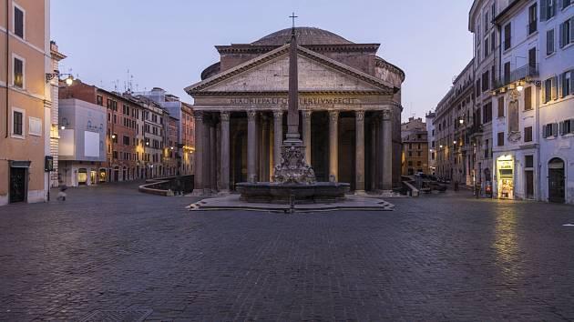 Itálii zasáhla pandemie koronaviru nejhůře z celé Evropy. Prázdné jsou tak prostory například i před slavným římským Pantheonem.