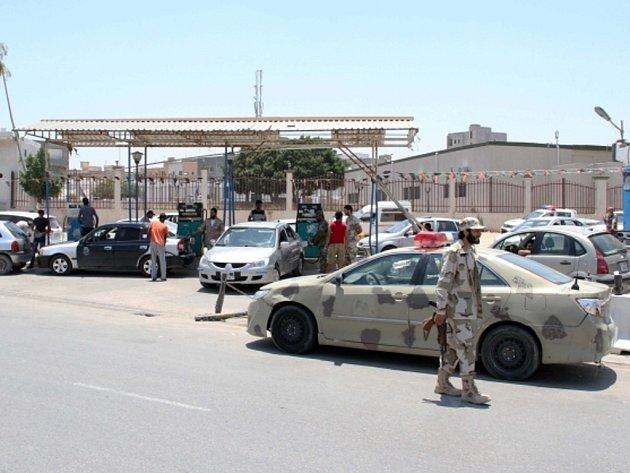 Libyjská armáda drží hlídky u benzínových stanic v Tripolisu.