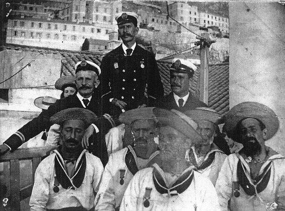Pracovníci gibraltarského přístavu, vyznamenaní za hrdinství prokázané při záchraně lidí z Utopie