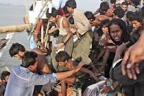 Děti cestovaly lodí, kterou moře jako první zaneslo před dvěma týdny k břehům Indonésie. Po nich následovala další dřevěná plavidla plná hladovějících, dehydrovaných migrantů.