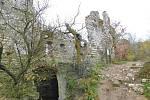 Severní strana se pyšnila předhradím, z jehož okružní zdi však dnes stojí už jen nesouvislé zbytky. Vstup do hradu se nacházel nejspíš na západní straně