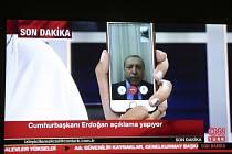 Erdogan se krátce po zahájení pokusu o převrat objevil na televizních obrazovkách tureckých domácností v živém vysílání stanice CNN Türk. Prostřednictvím aplikace FaceTime na svém mobilním telefonu zavolala hlava státu přímo do studia.