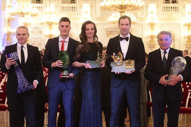 Všichni vítězové ankety Fotbalista roku (zleva): Vítězslav Lavička, Patrik Schick, Lucie Voňková, Petr Čech a Dušan Uhrin starší.