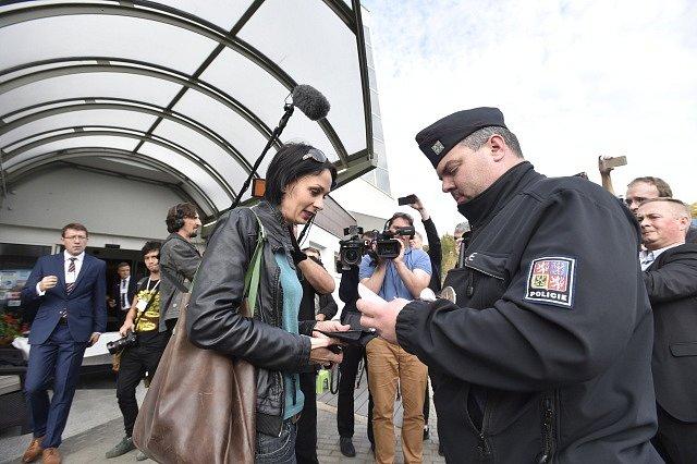 Před volebním štábem SPD zasahovala policie. Hnutí neudělilo akreditaci třem novinářům včetně Markéty Dobiášové z pořadu Reportéři ČT.