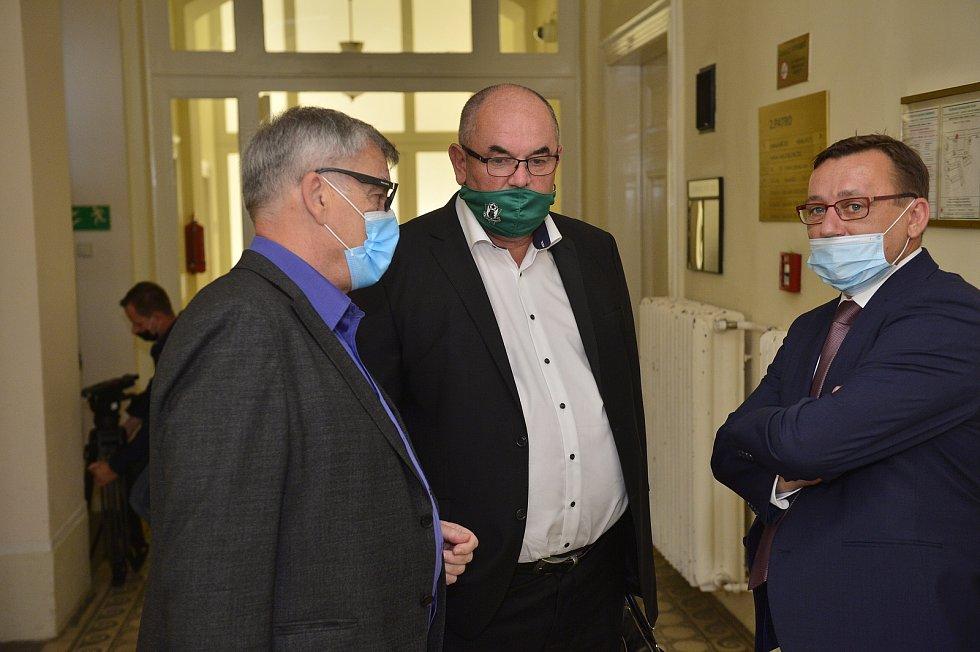 Ostře sledovaný soud ohledně údajných manipulací se sportovními dotacemi. Miroslav Pelta (uprostřed).