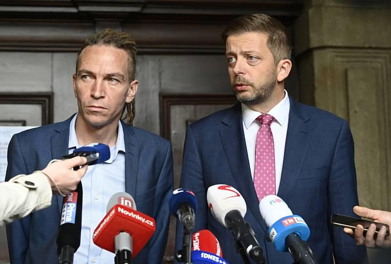 Předseda STAN Vít Rakušan (vpravo) a předseda Pirátů Ivan Bartoš vystoupili 12. října 2021 v Praze na tiskové konferencipo jednání koaliční rady o povolebním postupu