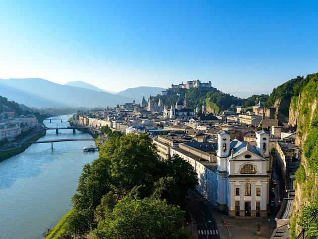 Pohled na Salzburg podél břehů Salzachu