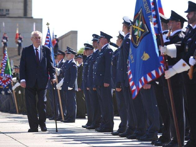 Pietní akt k 71. výročí ukončení druhé světové války se konal 8. května u Národního památníku na Vítkově v Praze.