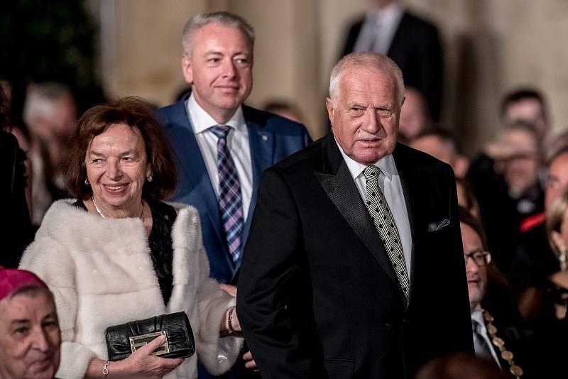 Prezident Miloš Zeman na státní svátek 28. října předával státní vyznamenání ve Vladislavském sále Pražského hradu. Klausová, Klaus, Chovanec