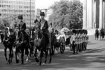 Pohřeb princezny Diany 6. září 1997. Ulice Londýna zaplnily tisíce lidí, kteří toužili spatřit princezninu rakev a naposledy se rozloučit s oblíbenou šlechtičnou.