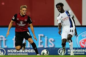 Fotbalista Hamburgu Bakery Jatta (vpravo).
