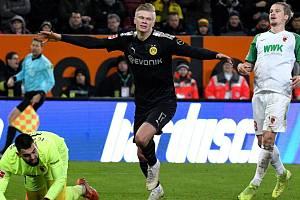 Erling Häland se raduje z jedné ze tří branek do sítě brankáře Tomáše Koubka.