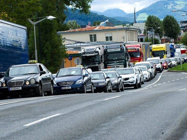 Rakousko v souvislosti s uprchlickou krizí počínaje dnešní půlnocí dočasně obnovuje hraniční kontroly, ty se prozatím budou týkat hranic s Maďarskem, Slovenskam, Slovinskem a Itálií.