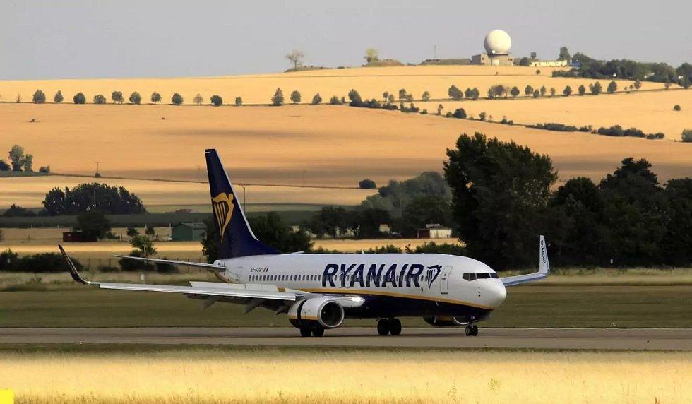 Letadlo Boeing 737-800 společnosti Ryanair v Brně.