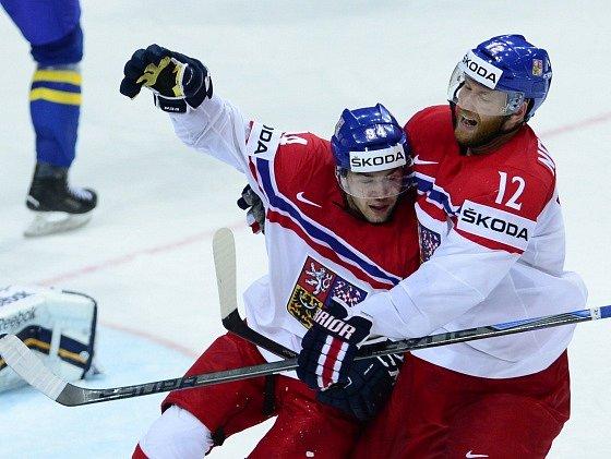 Dominik Simon (vlevo) a jeho radost z gólu proti Švédsku. Na snímku je vedle něj Jiří Novotný